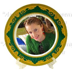 Тарелка, каемка с золотым орнаментом на зеленом фоне